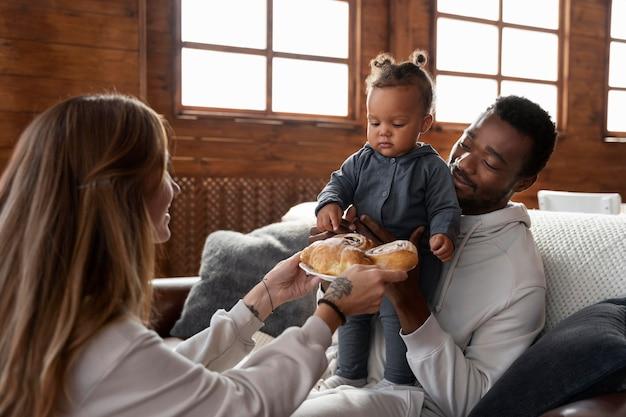 食べ物で笑顔の家族をクローズアップ
