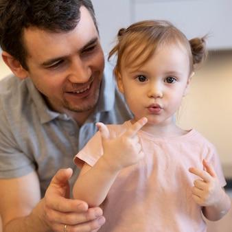 Close-up smiley padre e bambino