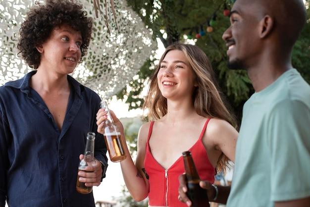 飲み物で笑顔の友達をクローズアップ