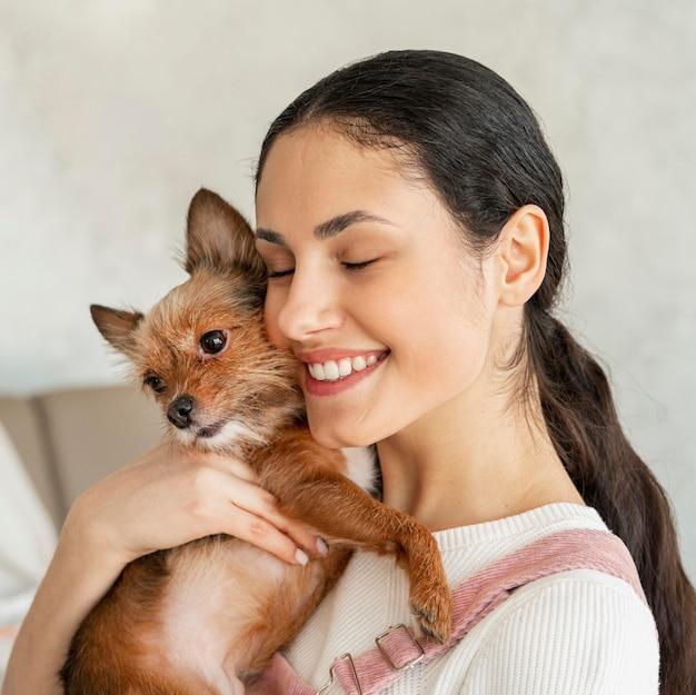 근접 웃는 소녀 포옹 애완 동물