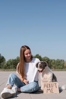 かわいい犬をかわいがるクローズアップの笑顔の女の子