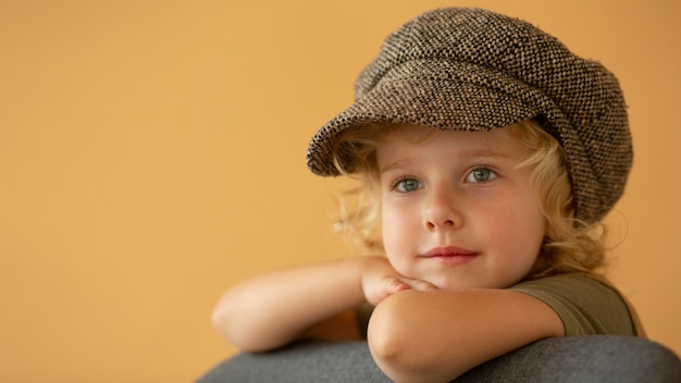Ragazza sorridente che indossa un cappello da vicino