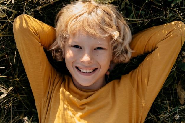 草の上の笑顔の子供をクローズアップ