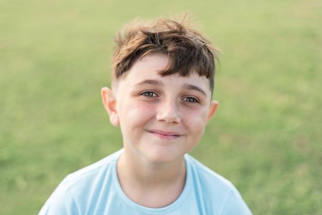 Close up smiley kid fuori