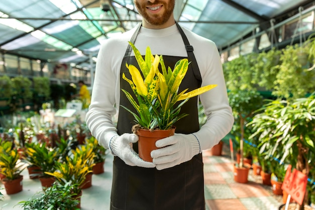식물을 들고 웃는 남자를 닫습니다
