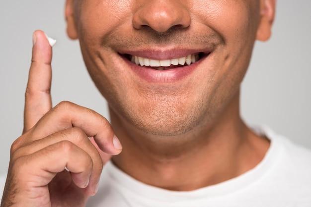 Uomo di smiley del primo piano con copia-spazio