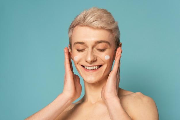 Смайлик крупным планом с кремом для лица