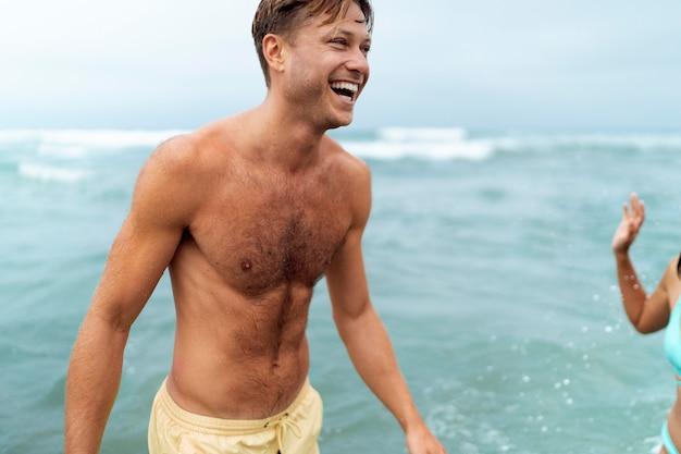 海辺で笑顔の人々をクローズアップ