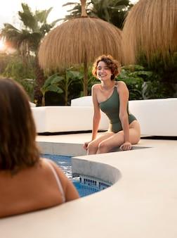 수영장에서 웃는 여자를 닫습니다
