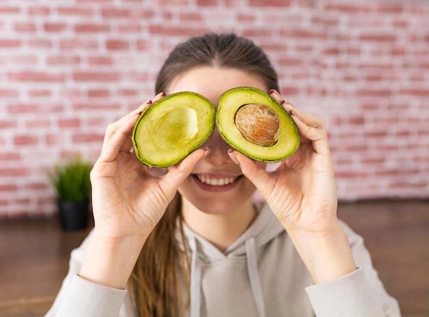 Close up smiley donna azienda avocado