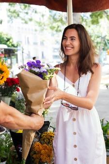 꽃을 들고 웃는 여자를 닫습니다
