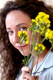 꽃을 들고 웃는 여자를 닫습니다 무료 사진