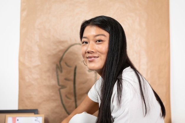 Donna di smiley del primo piano a casa