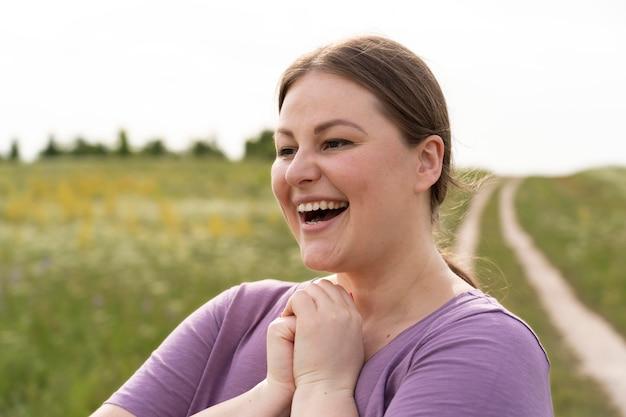 自然の中で笑顔の女性をクローズアップ