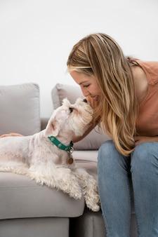 犬を見ている笑顔の女性をクローズアップ