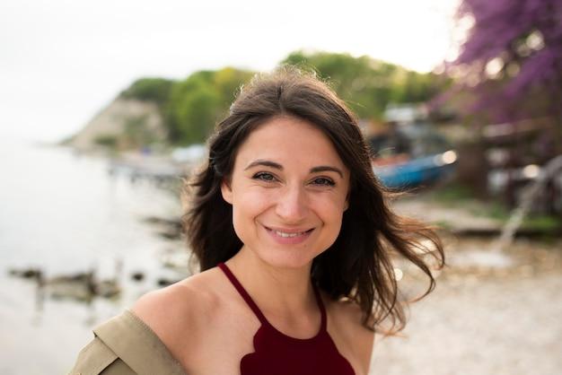 笑顔の女性を屋外でクローズアップ 無料写真