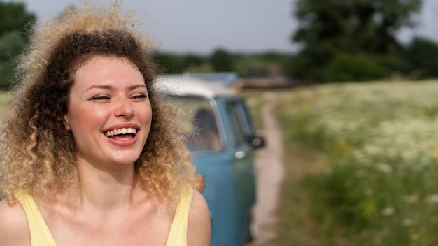 笑顔の女性を屋外でクローズアップ