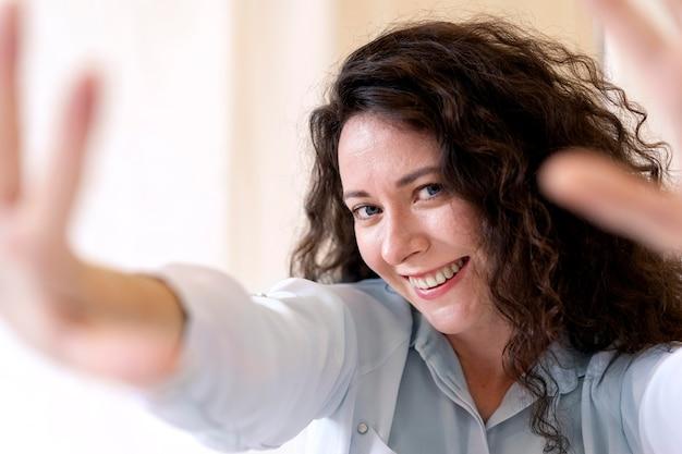웃는 여자 포즈를 닫습니다 무료 사진