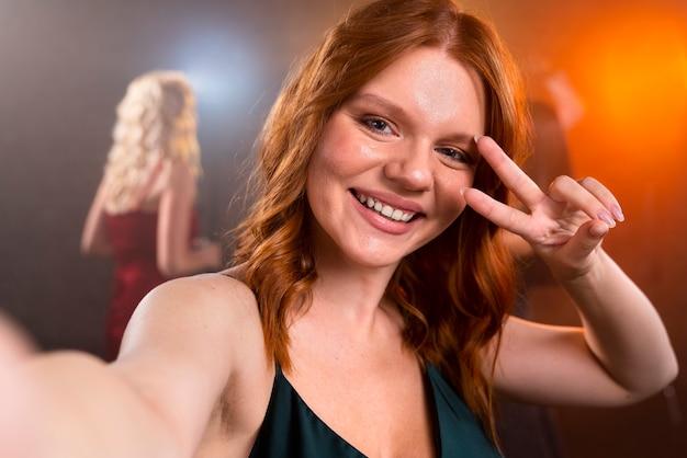 自分撮りをしている笑顔の女性をクローズアップ