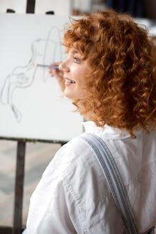Close up donna sorridente con pennello