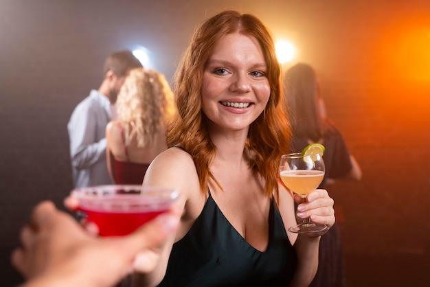 飲み物で笑顔の女性をクローズアップ