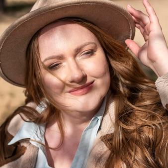 Крупным планом смайлик женщина в шляпе