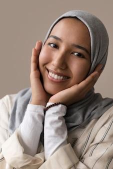 ヒジャーブで笑顔の女性をクローズアップ
