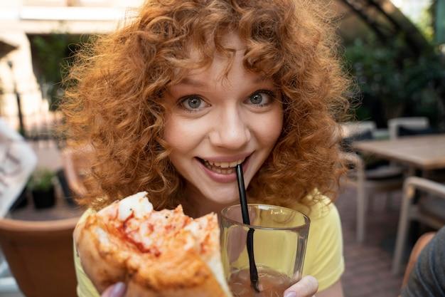 피자와 함께 웃는 여자를 닫습니다