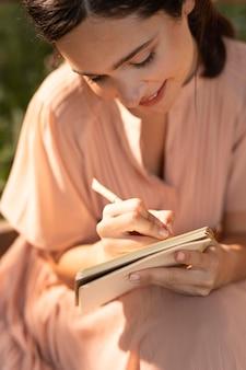 Chiuda sulla scrittura della donna di smiley