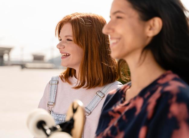 ロングボードで笑顔の女性をクローズアップ