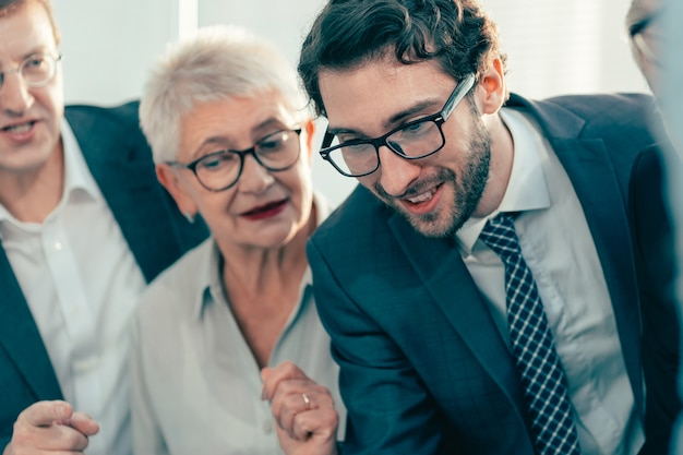Закройте вверх. улыбающиеся коллеги по бизнесу обсуждают новые идеи. концепция совместной работы