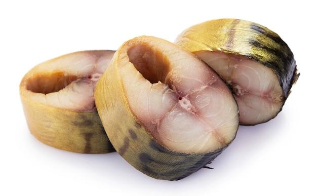 分離された燻製サバの魚をクローズアップ