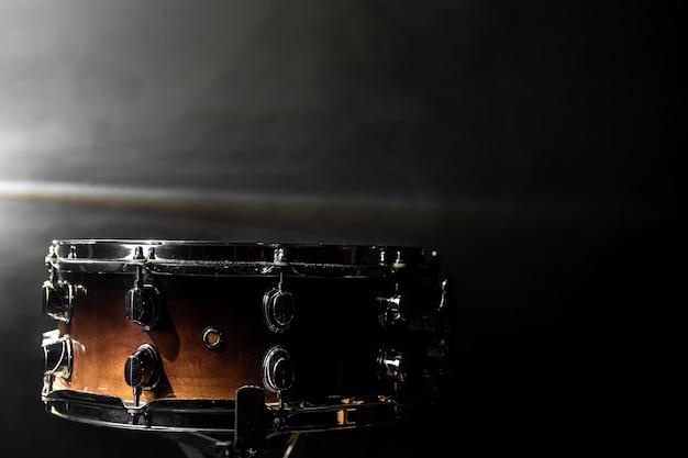 클로즈업, 무대 스포트라이트가 있는 어두운 배경의 스네어 드럼, 복사 공간.