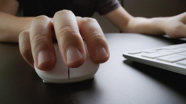 Печатание пальцем на клавиатуре крупным планом с мягким фокусом