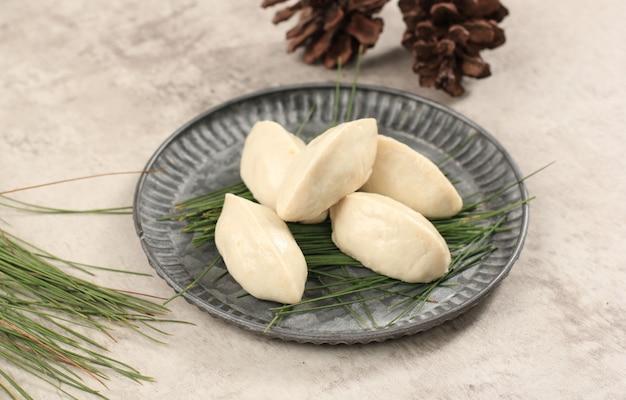 Закройте сонгпён, традиционную еду дня чхусок, корейский рисовый пирог в форме полумесяца или сонгпён. копировать пространство для текста
