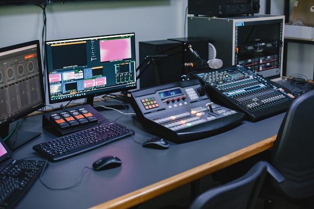Primo piano dello studio di ingegneria del suono con attrezzatura