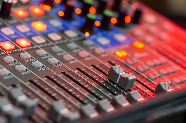 Крупным планом звуковой микшер в студии