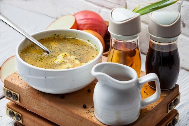 ソースとタマネギのボウルのクローズアップスープ