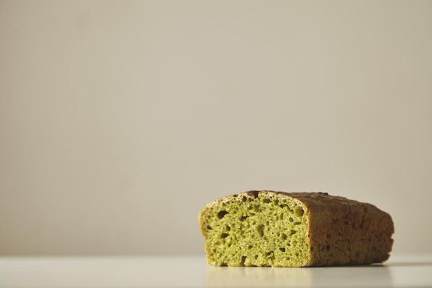 흰색에 고립 된 설탕과 소금없이 만든 건강한 시금치 빵을 닫습니다