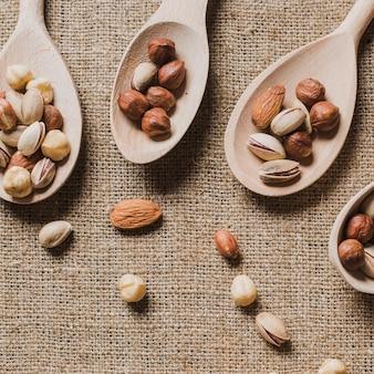 Крупные ложки и орехи