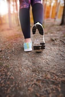Primo piano sulla scarpa sportiva di persona sportiva