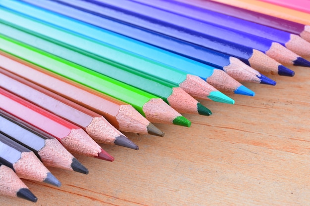 木製の背景にスタック色鉛筆をクローズアップ