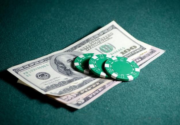 포커 테이블에 카지노 칩과 달러 지폐의 근접 스택