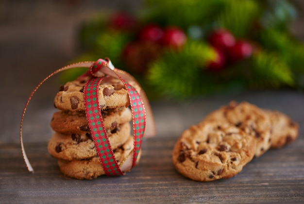 Primo piano di biscotti allo zenzero impilati