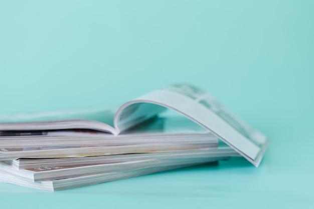 雑誌の積み重ねを閉じる