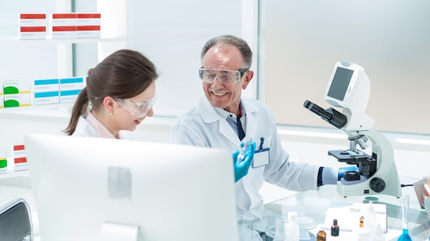 확대. 새로운 백신을 연구하는 연구소의 직원. 과학과 건강.