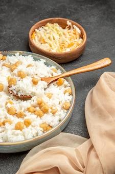 Primo piano sulla farina di riso al vapore sul piatto