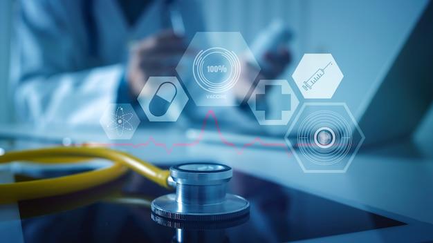Крупным планом стетоскоп и размытый врач с медициной и цифровым медицинским дизайном
