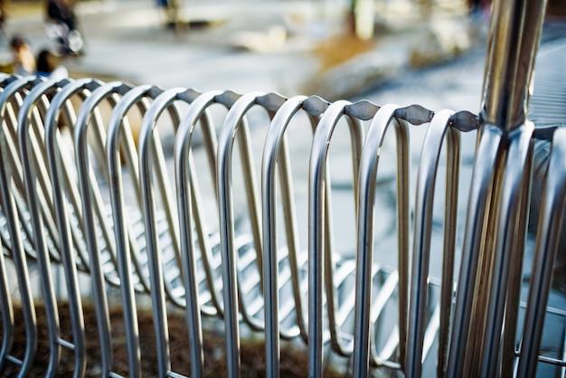 Металлические трубы уличные скамейки крупным планом, расположенные параллельно друг другу на уличной конструкции. концепция атмосферостойких материалов и современного промышленного дизайна.