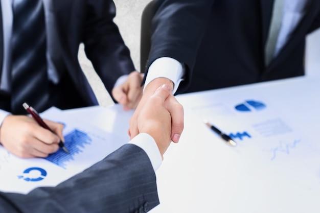 확대. 금융 파트너의 강력한 악수. 비즈니스 개념입니다.